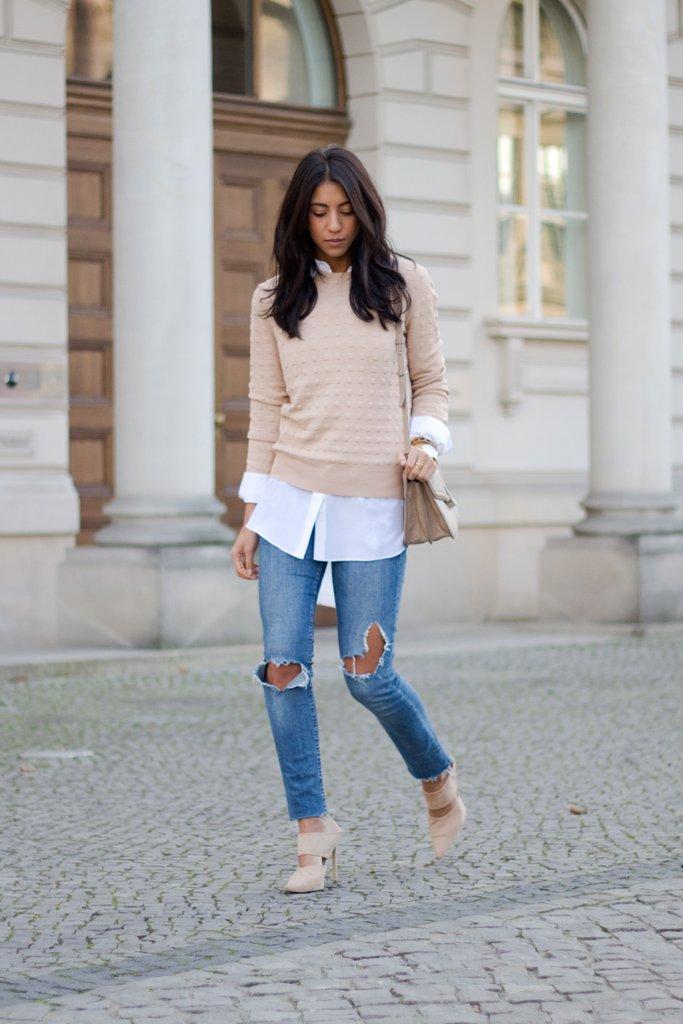 Бордовий светр, надітий поверх білої сорочки і джинсів, додатково туфлями в тон.
