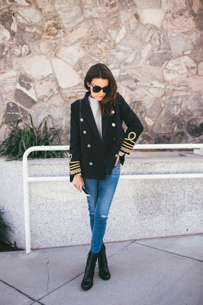 Двобортний жакет поєднаний з джинсами, светром і чобітьми.