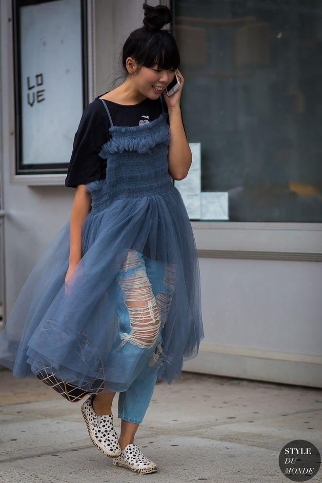 Не дуже звичний лук - джинси з сукнею.