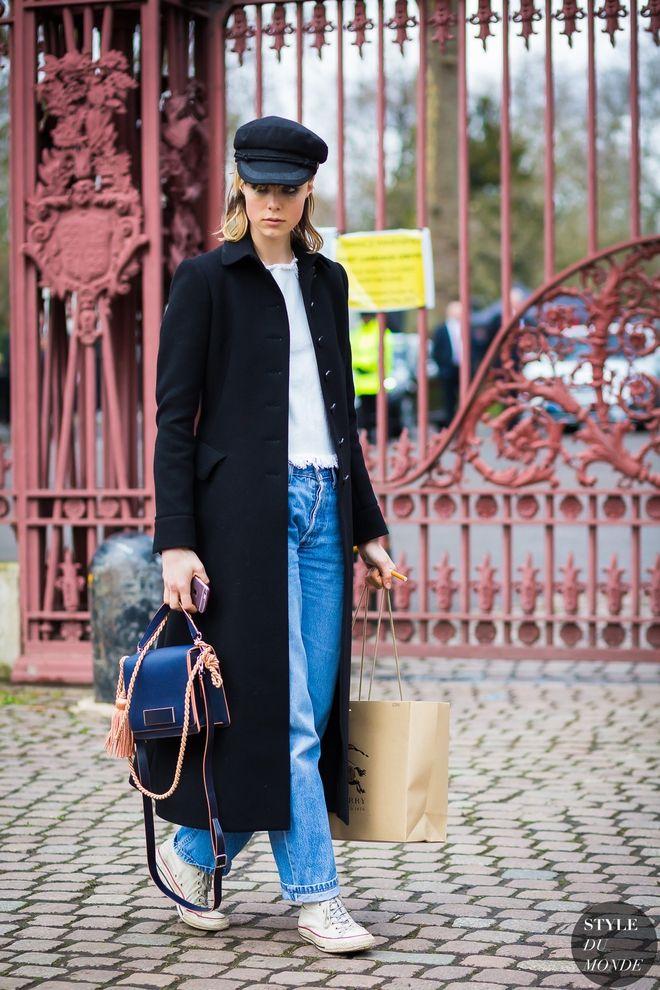 Модна вже кілька років комбінація джинси+кеди+пальто буде актуальна і цієї осені.