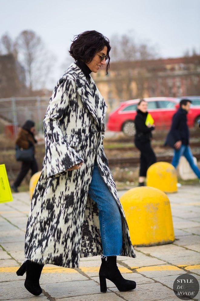 У прохолодну погоду одягай джинси з прінтованим пальто.