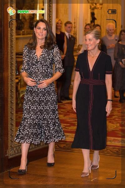 І ми не можемо не згадати елегантний та жіночний образ Кейт Мідлтон у сукні з квітковим принтом та воланом по краю на прийомі у Букінгемському палаці.